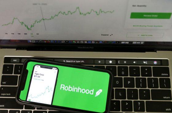 Google Play pone un alto al review bombing a Robinhood por el bloqueo a las acciones de GameStop